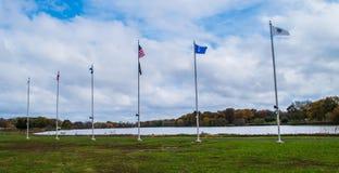Pennsauken, Νιου Τζέρσεϋ - 5 Νοεμβρίου 2017: Αυτοί οι πόλοι σημαιών αύξησαν τις σημαίες φέτος στις τελετές ημέρας παλαιμάχων ` s Στοκ φωτογραφίες με δικαίωμα ελεύθερης χρήσης
