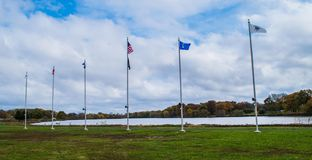 Pennsauken, New Jersey - November 5, 2017: Deze die vlagpolen hadden vlaggen bij deze Dagceremonies van jaar` s Veteranen worden  royalty-vrije stock foto's