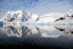 Península antártica con el mar tranquilo Foto de archivo