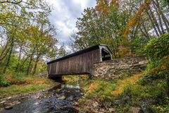Pennsylvania-überdachte Brücke im Herbst Stockbild