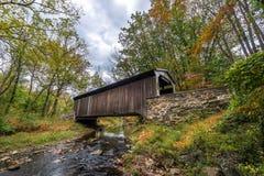 Pennsylvania täckte bron i höst Fotografering för Bildbyråer