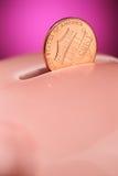 Penny sul porcellino salvadanaio Fotografie Stock Libere da Diritti