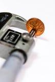 Penny in un micrometro per misurare spessore Immagine Stock