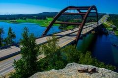 Pennybacker桥梁360高速公路啤酒垂悬的斑点乐趣奥斯汀 免版税图库摄影