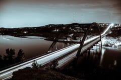 Pennybacker桥梁360高速公路夜被射击的黑白 库存图片