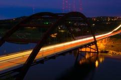Pennybacker 360桥梁在与光的晚上 库存照片