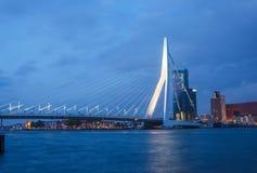 Penombra ad Erasmus Bridge a Rotterdam immagine stock libera da diritti