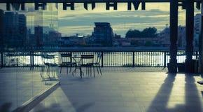 Penombra al porto di Tha Maharaj Maharaj, Bangkok, Tailandia immagini stock