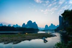 Penombra del paesaggio di Guilin Yangshuo il fiume Lijiang immagine stock libera da diritti