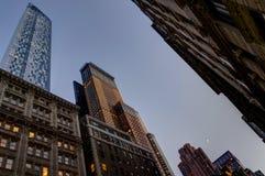 Penombra della megalopoli di vista dell'orizzonte del grattacielo di New York immagine stock libera da diritti