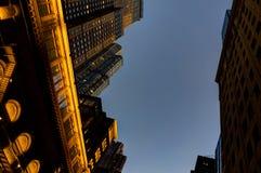 Penombra della megalopoli di vista dell'orizzonte del grattacielo di New York immagini stock libere da diritti