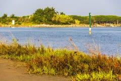 Penombra di estate sopra il litorale della laguna in Bibiobe, Venezia fotografia stock