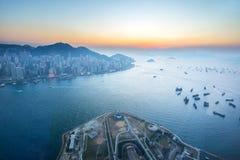 Penombra di Victoria Harbour in Hong Kong, Cina Fotografia Stock