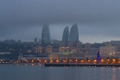 Penombra nebbiosa di inverno nella baia di Bacu Bacu, Azerbaigian Fotografie Stock Libere da Diritti