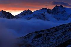 Penombra nella montagna Mattina nebbiosa in alpi italiane, primo mattino nella montagna con neve durante la penombra viola, colli Immagini Stock Libere da Diritti