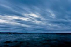 Penombra sopra il lago, cielo blu scuro immagini stock libere da diritti