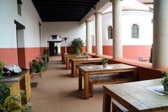 A pensão reconstruída com restaurante e pratos das épocas romanas fotos de stock
