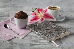 Pensée dans le temps de café avec le petit gâteau de tasse de thé photo stock