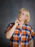 Pensée de femme âgée par milieu images stock