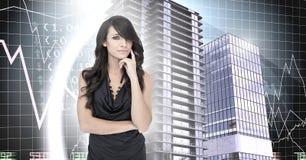 Pensée et bâtiments de femme avec le contexte économique financier Photographie stock libre de droits
