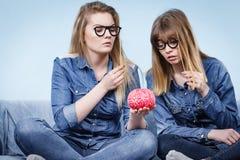 Pensée folle de deux amies de femmes Photo stock