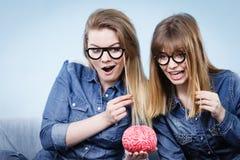 Pensée folle de deux amies de femmes Photos stock