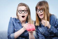 Pensée folle de deux amies de femmes Photos libres de droits