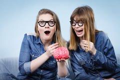 Pensée folle de deux amies de femmes Photographie stock