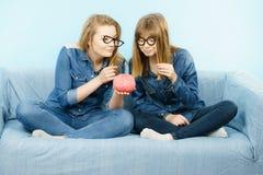 Pensée sérieuse de deux amies de femmes Image libre de droits