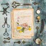 Penséen för vykortet för bokstäver för tappninglägenheten blommar den lekmanna- gamla Arkivfoton