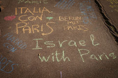 Pensées sur un mur au sujet de bombimg de Paris Photo libre de droits