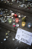 Pensées sur un mur au sujet de bombimg de Paris Image stock