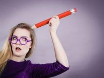 Pens?e confuse par femme, grand crayon ? disposition images libres de droits