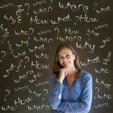 Mujer de negocios de pensamiento con preguntas de la tiza Imagenes de archivo