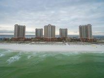PENSACOLA, FLORIDA - 13. APRIL 2016: Golf- von Mexiko und Portofino-Inselresort-Gebäude mit sandigem Strand in Pensacola Lizenzfreies Stockfoto