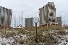 PENSACOLA, LA FLORIDA - 14 DE ABRIL DE 2016: Guarde de dunas firman adentro la playa de Pensacola Torre de Portofino en fondo Foto de archivo