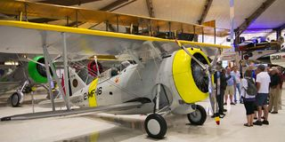 PENSACOLA, LA FLORIDE - 16 FÉVRIER 2018 : Groupe de visite au musée de l'aéronavale photographie stock libre de droits