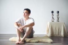 Pensamento asiático do homem Fotografia de Stock
