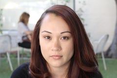 Pensamento asiático novo bonito da mulher imagens de stock royalty free