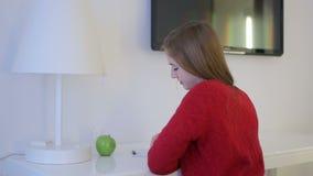 Pensamento bonito da mulher e notas writeing do começo em uma tabela branca video estoque