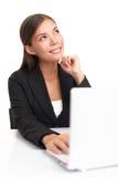Pensamento da mulher de negócios do portátil Fotografia de Stock