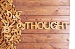 Pensamento da palavra feito com letras de madeira Foto de Stock