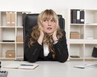 Pensamento de assento da mulher de negócios nova Fotos de Stock