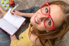 Pensamento de assento do estudante de mulher ao estudar fotografia de stock