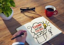 Pensamento de Brainstorming About Creative do homem de negócios fotos de stock