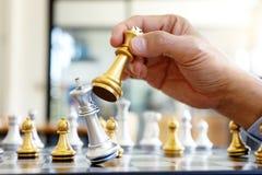 Pensamento do homem de negócios e xadrez do rei da posse foto de stock royalty free