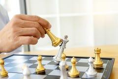Pensamento do homem de negócios e xadrez do rei da posse fotos de stock