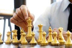Pensamento do homem de negócios e xadrez do rei da posse imagens de stock royalty free