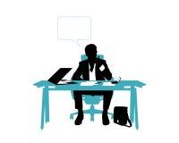 Pensamento do homem de negócios assentado em sua mesa de escritório Imagem de Stock Royalty Free