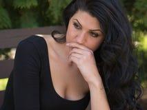 Pensamento e preocupação da jovem mulher Imagens de Stock Royalty Free